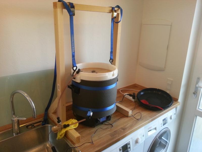 Der mæskes ved 65 grader og det hele cirkuleres med en lille pumpe.